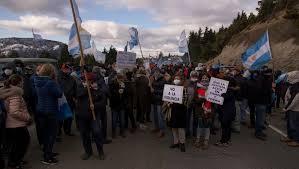 La policía cortó la ruta e impidió el paso de los manifestantes a Mascardi