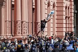 Balas de goma, represión y descontrol en el velatorio de Maradona | Tiempo  Argentino | Tiempo Argentino