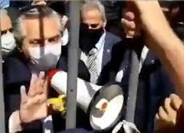 Identidad Correntina - Se conoció el video del momento en el cual el  presidente Fernández intenta calmar a los fans de Maradona en la Casa Rosada