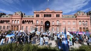 Marcha por el Vacunatorio VIP: los manifestantes coparon la Plaza de Mayo    Perfil
